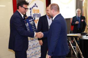 Roman Bartuška, CEO M.B.A. Finance předává kávovar De´Longhi, který si z tomboly odnáší Jan Medelský, Sales account manager CRIF.